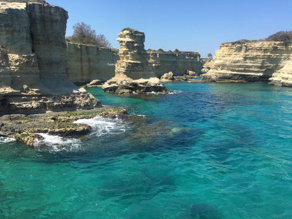 falaises rocheuses torre sant'andrea. eau turquoise