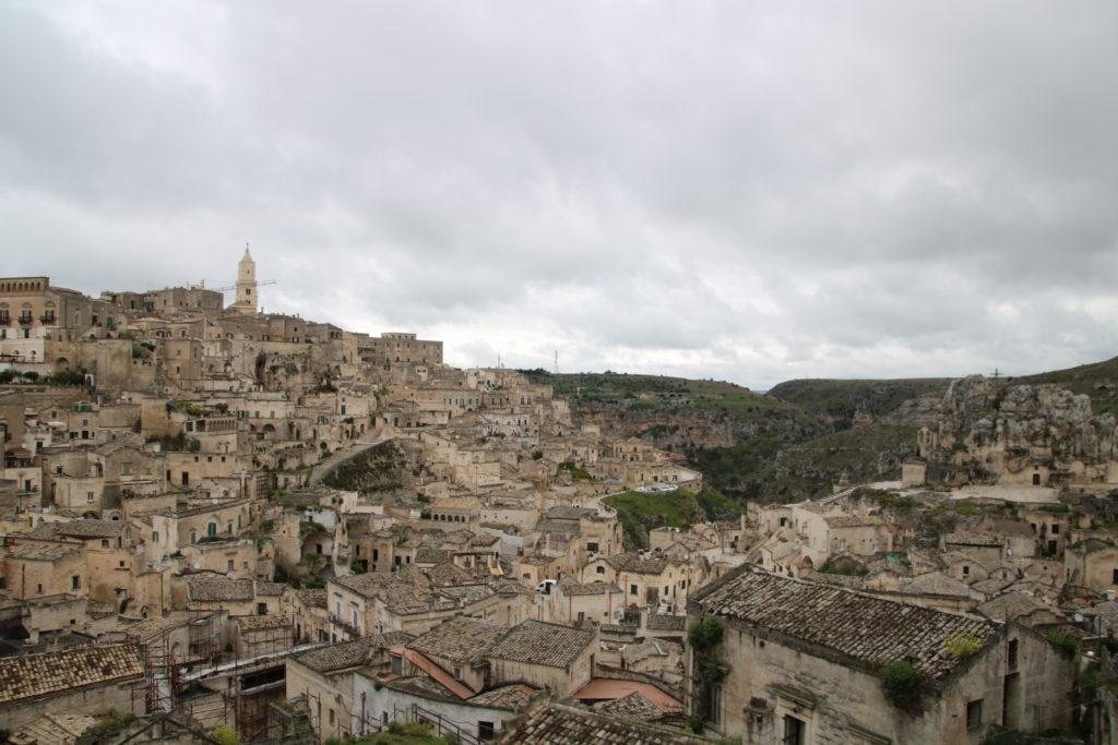 Matera vue d'ensemble divisée par la gravina : sassi et capitale européenne de la culture