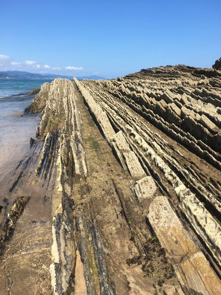 formations rocheuses de la plage d'Itzurun à Zumaia en Espagne. Pierre en forme d'écailles de dragon.