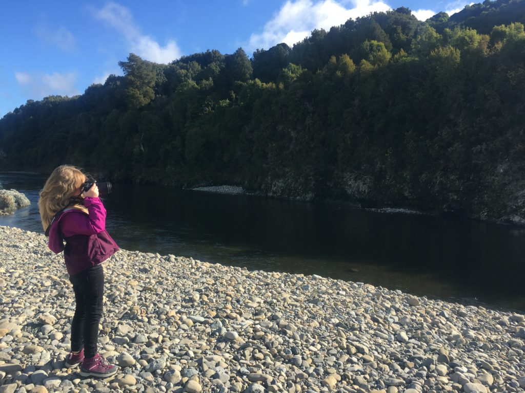 enfant prenant une photo de paysage
