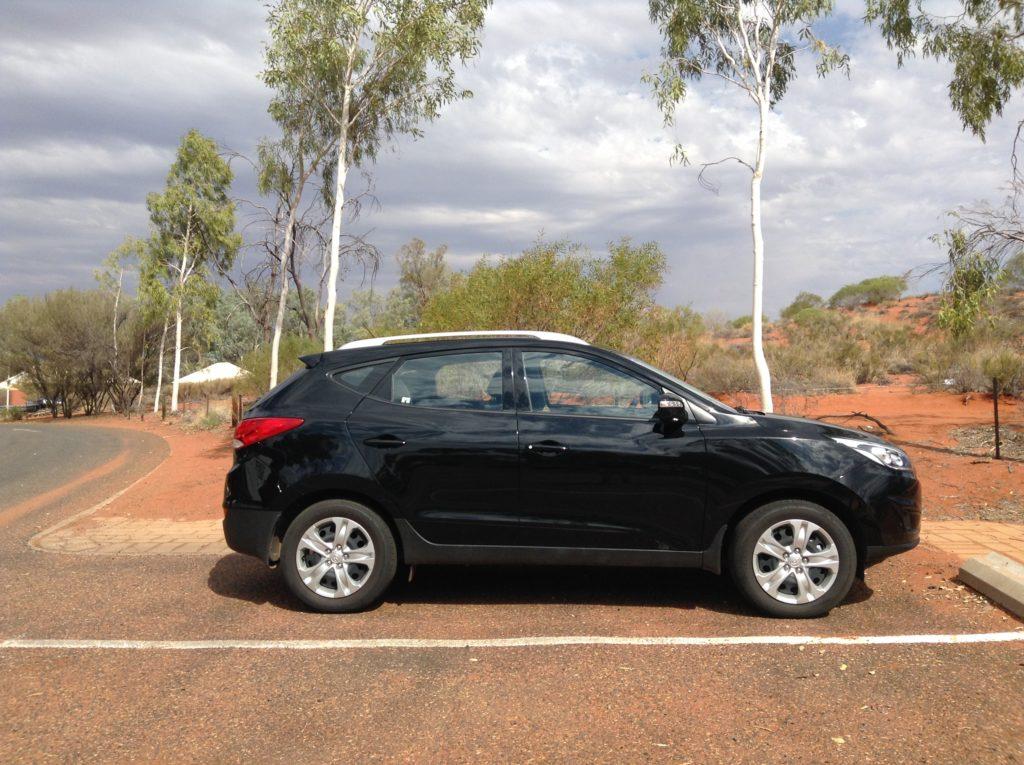 voiture de location dans le désert australien pour le voyage. Info : le SUV c'est mieux.