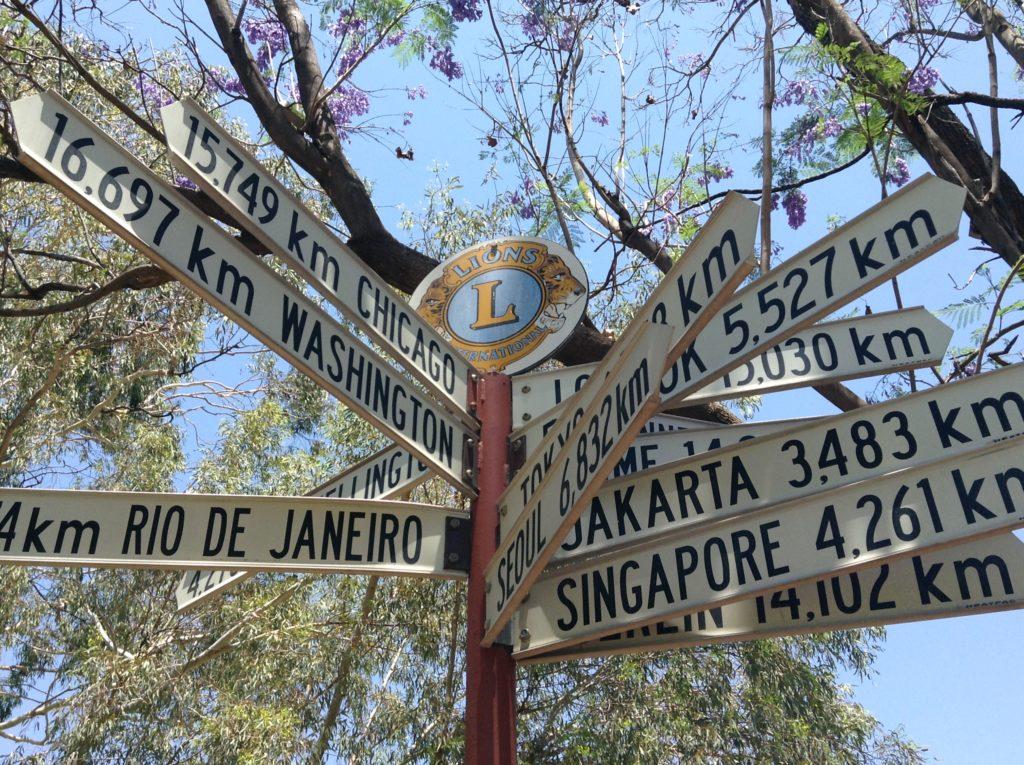 panneau avec les distances avec d'autres villes