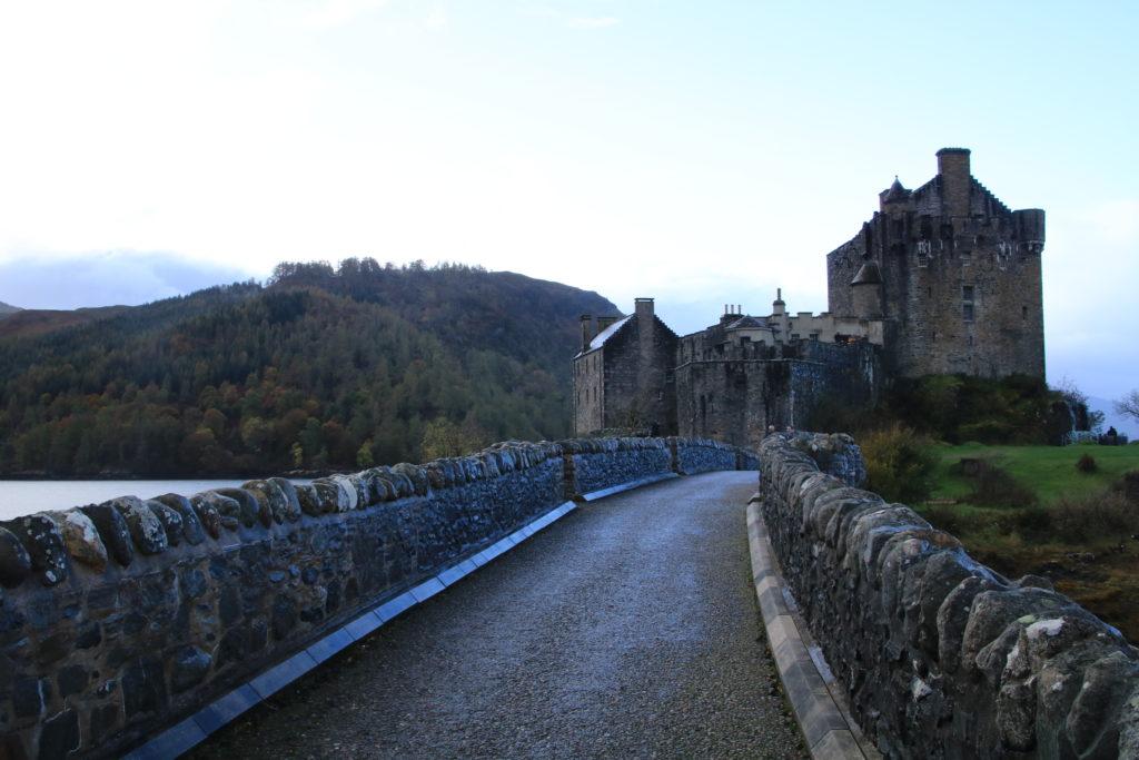pont menant à un chateau en bord de loch