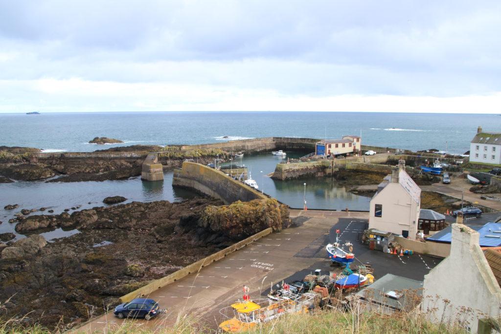 village et port en bord de mer.