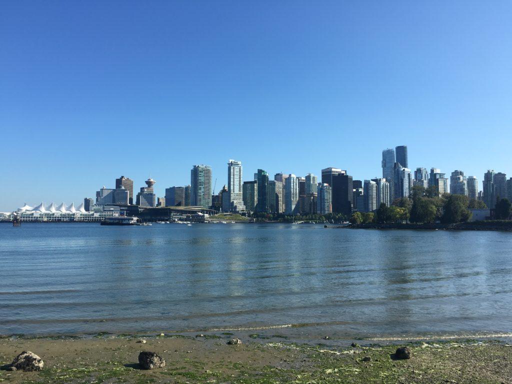 plage et skyline de vancouver