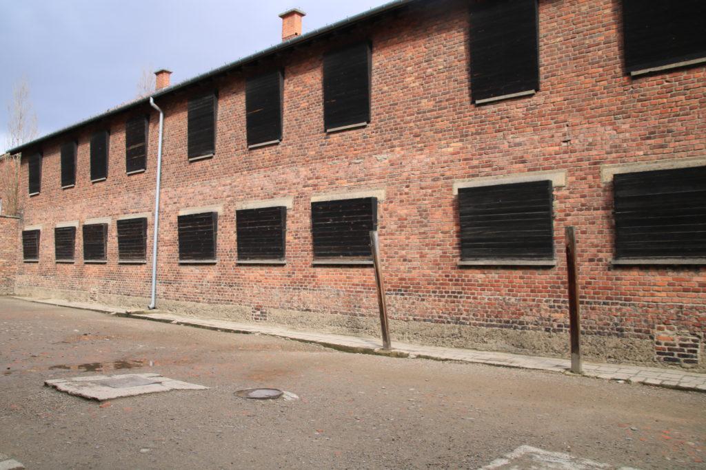 poteaux de torture, fenêtres obstruées